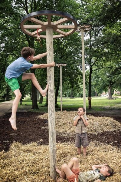 Jongen speelt met houten paal in Bokrijk