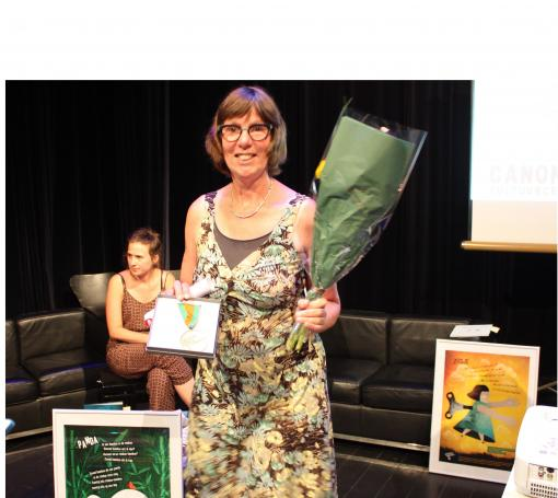 Bette Westera neemt poëziemedaille in ontvangst