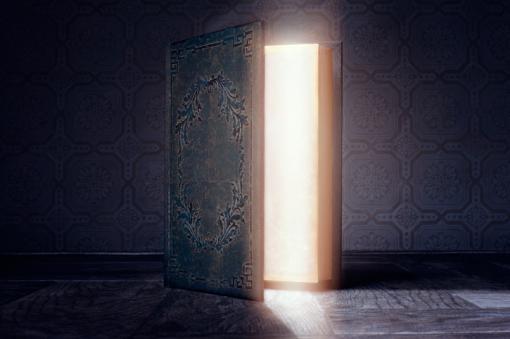 Open deur waar licht door schijnt