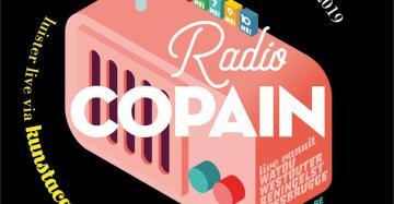 Affiche voor Radio Copain met een roze radio op. Radio Copain is live op 6, 7, 9 en 10 mei vanuit Watou, Westouter, Reningelst en Roesbrugge. Je kunt de radio-uitzendingen luisteren op kunstacademiepoperinge.be.