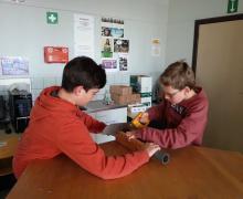 2 leerlingen zagen door een plastic buis