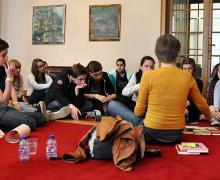 Leerlingen zitten neer rond auteur