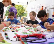 Groep leerlingen werkt voor project LittleBits met kleine magneetjes