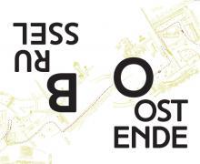 Poster voor Brussel aan Zee. Links staat 'Brussel' op zijn kop. Rechts staat 'Oostende'.