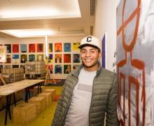 Yeison Benoit Breda (20) is één van de leerlingen die deelnam aan het project. 'Ik heb voor een grijze achtergrond gekozen met een abstracte kleurrijke figuur. Ik heb alleen mijn contouren vastgelegd omdat ik het geen gemakkelijke opdracht vind mijzelf af te bakenen en vast te leggen op doek.'