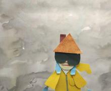 Figuurtje in gele regenjas, grote zwarte zonnebril en een dak en schoorsteen voor een hoed, staat in een bewolkte omgeving