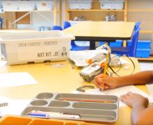 Leerlinge tekent eerst een ontwerp voor ze haar robot bouwt