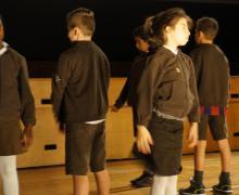 Kinderen staan met de rug naar elkaar toe op het podium