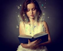 Meisje leest boek. Uit het boek komen allemaal letters