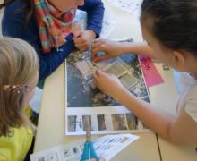 Kinderen kijken op satellietfoto