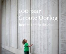 Cover '100 Jaar Groote Oorlog herdenken in de klas'. Jongetje leest de namen van de gevallen soldaten van WO I