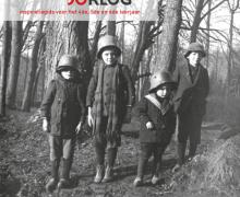 Cover 'Klein in de Groote Oorlog: inspiratiegids voor het 4de, 5de en 6de leerjaar'. 4 kinderen in soldatenuniform tijdens de Eerste Wereldoorlog