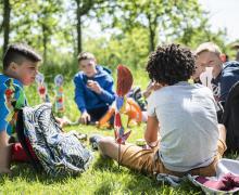Enkele kinderen rusten in het gras