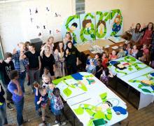 Leerlingen van Publiciteit en Etalage, en de kleuters poseren met hun zelfgemaakte speelpanelen