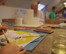 Leerling schildert in de klas