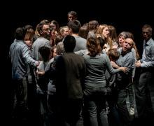 Leerlingen en volwassenen samen op het podium tijdens het operaproject PUSH
