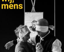 Op de coverfoto van het boekje van 'wij, mens' dansen een geblinddoekte man en geblinddoekte vrouw met elkaar. Achter hen staat een tekening van een geblinddoekte man.