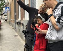 Leerling kijkt van achter zijn camera naar het verloop van de kortfilm