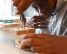 Leerlingen bouwen een snaarinstrument met hout en metaaldraad