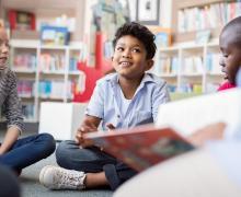 Kinderen lezen in bibliotheek