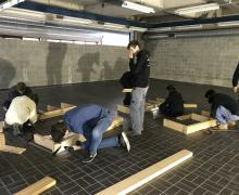 Jongeren die houtconstructie maken.