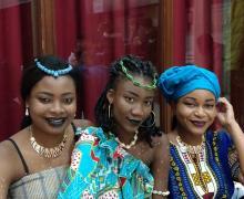 Meisjes met Afrikaanse roots die mooi opgemaakt zijn.