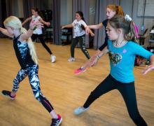 Groepsles dansende leerlingen