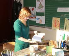Boekenjuf Elf toont boeken in de klas