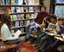 Boekenmeester Frans tussen zijn lezende leerlingen