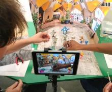 Leerlingen maken een stop-motion in een zelf geknutseld theatertje