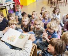 Een leerkracht leest voor in de klas
