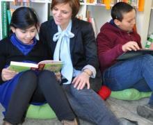 Boekenjuf Ruth leest met enkele leerlingen