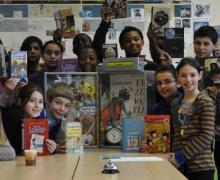 Leerlingen tonen het boekenaanbod in de klas