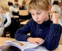 Een leerling leest in de klas
