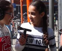 Twee meisjes interviewen een man met audioapparatuur
