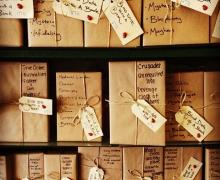 """Boeken ingepakt in bruin inpakpapier kregen het label """"blind date with a book"""". Op het inpakpapier staan enkele thema's die aan bod komen in het boek. Voor de rest weet de lezer nog niet waarover het boek gaat."""