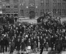 Oude groepsfoto van groep mensen op markt van Nieuwpoort