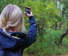 Meisje neemt foto van bos