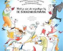 """Poster """"Meld je aan als vrijwilliger bij de Boekencaravaan"""". De boodschap luidt: """"wil je kinderen meenemen in een verhaal, hen betoveren met taal en samen boekenplezier beleven? Meld je aan als vrijwilliger bij de boekenkaravaan."""" Op de poster staan verschillende soorten mensen een boek te lezen: een chef, een een oma, een kabouter, een leerkracht, een vampier, een kind, een persoon verkleed als dinosaurus ..."""