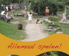 Poster voor 'Allemaal Spelen!: Aan de slag met natuurspeelplaatsen voor kinderen met en zonder beperking'. Op de poster spelen kinderen buiten.