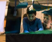 Kinderen kijken naar peepshow
