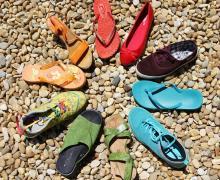 Schoenen die een cirkel vormen volgens de kleuren van een regenboog