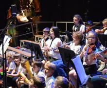 Kinderen spelen muziekinstrumenten in orkest
