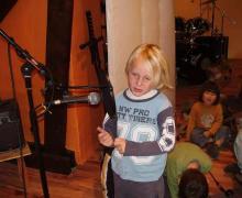 Jong kind spreekt in microfoon