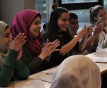 5 leerlingen klappen in hun handen