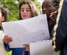 Leerlingen bekijken kaart