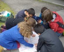 Kinderen lezen kaart