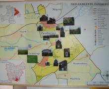 Op een kaart van deelgemeente Zandbergen staan met foto's belangrijke plaatsen aangeduid. Ook de nabijgelegen gemeenten (Idegem, Nieuwenhove, Grimmingen, Waarbeke en Ninove) en de legende staan op de kaart.
