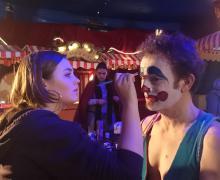 Man wordt geschminkt als clown