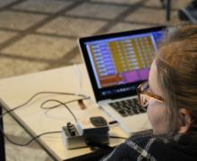 Leerling bekijkt audiofragmenten op laptop